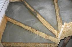 При заливке ступеней бетоном,  цемент необходимо утрамбовать так, чтобы в толще не оставалось трещин и выемок.
