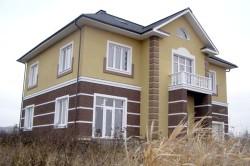 Дом из керамзитобетонных блоков с оштукатуренным фасадом