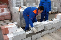 Кладка стены из керамзитобетонных блоков.
