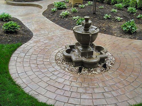 Штампованный бетон способен украсить любую поверхность - садовые дорожки, стены дома, дачный камин.