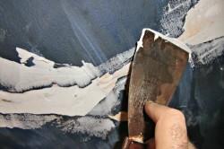 Потолочные трещины нужно затирать шпаклевкой.