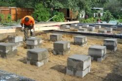 Опоры фундамента из бетонных блоков
