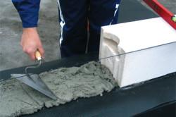 Укладка первого ряда газобетонных блоков