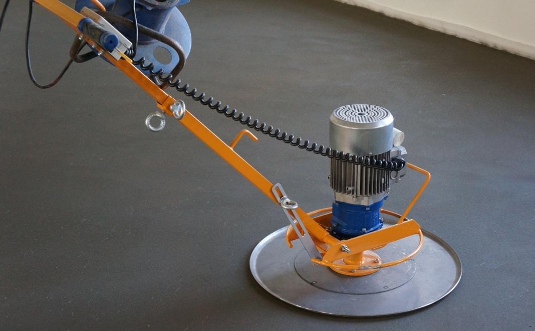 Выравнивать готовую стяжку можно с помощью специальной дисковой шлифовальной установки.