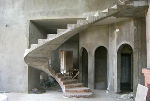 Многие предпочитают строить бетонные лестницы, так как они долговечны, надежны и безопасны.