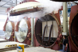 В автоклаве плита пропаривается под большим давлением. В результате этого всего за 15 часов бетон достигает прочности годичного созревания.