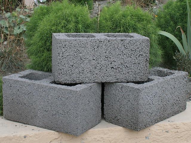 Отличным материалом для строительства невысоких помещений считаются керамзитные блоки.