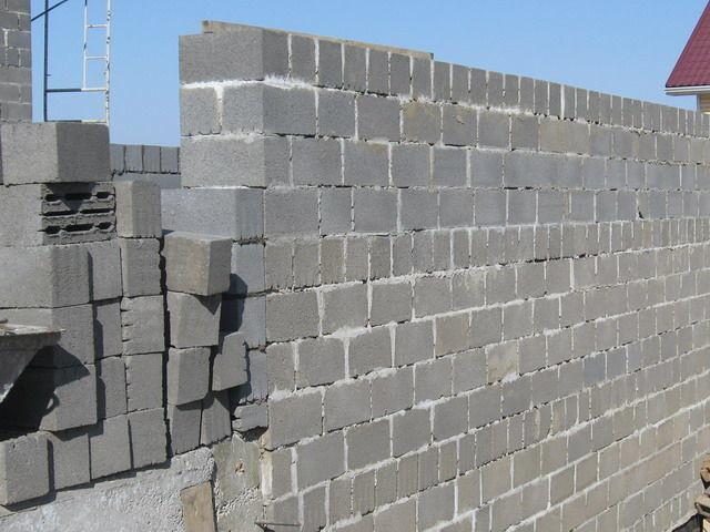 Керамзитобетонные блоки являются легкими и не создают проблем с переносом при строительстве многоэтажных зданий.