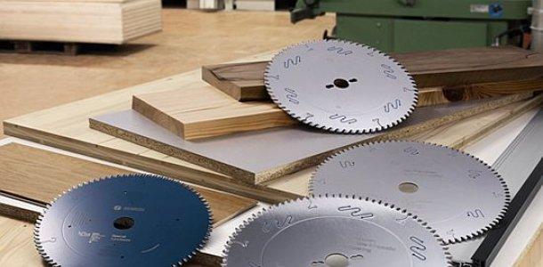 Исходя из нужной ширины устанавливаются два диска, затем фиксируются торцевым технологическим ключом.
