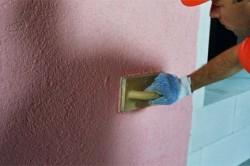 Нанесение слоя краски на штукатурку