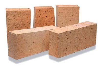 Шамотный кирпич производится посредством обжига порошка-шамота и специального сорта огнеупорной глины при высоких температурах.