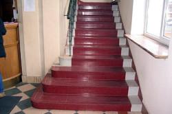 Окрашенная бетонная лестница