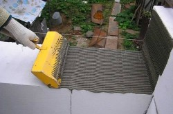 В сравнении с песчано-цементным раствором ,клея для кладки блоков потребуется намного меньше.