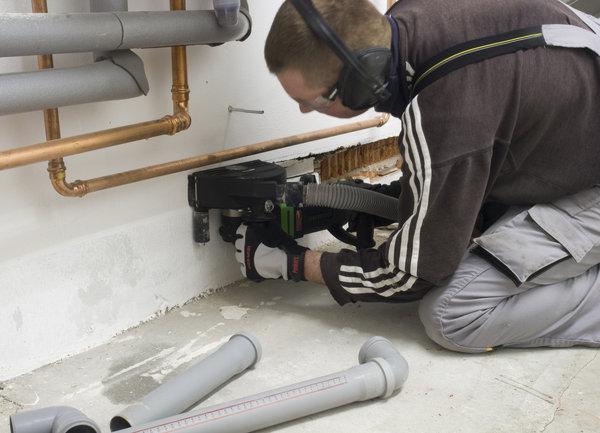 Для изготовления борозд на потолке, чтенах и т.д. при монтаже коммуникаций используют штроборезы.