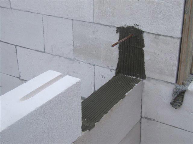 Сопряжение наружной и внутренней стены с помощью металлического анкера