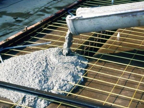 Заливка бетонной смесью плитного фундамента
