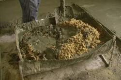 Замешивание бетонного раствора вручную.