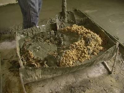 Замешивание бетонного раствора вручную