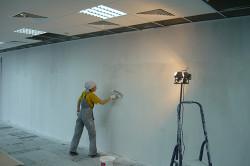 Нанесение жидкого стекла на стену