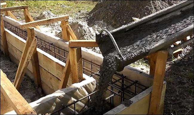 Заливаем фундамент своими руками бетономешалкой