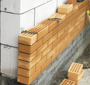 При строительстве наружных стен экономичнее приобретать пеноблоки.