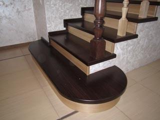Бетонная лестница с обшиванием массивом дуба