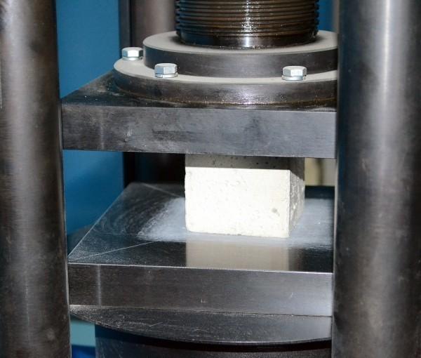 Определение прочности бетона методом «сжатие» с помощью гидравлического пресса
