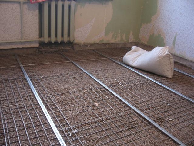 Прежде чем готовить бетонный раствор подготовьте поверхность, на которую собирайтесь заливать раствор. Аккуратно все вычистите и уложите арматурную сетку.