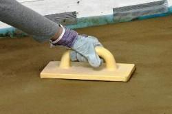 Железнение бетонного пола проводят кельмой