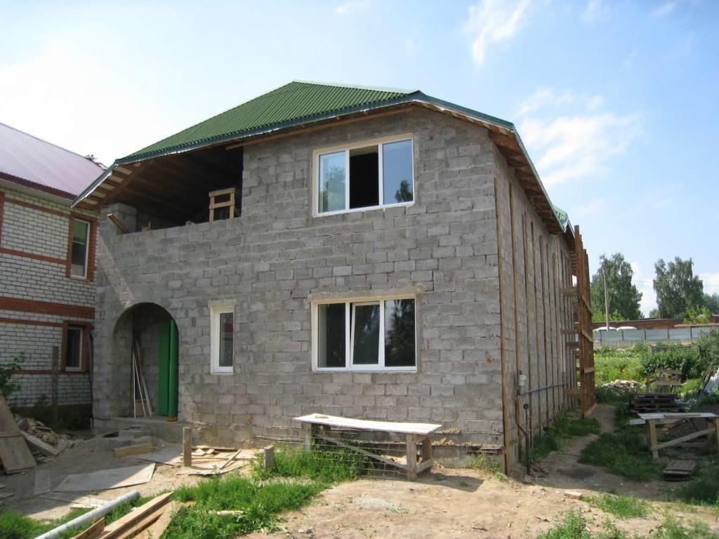 При правильном изготовлении керамзитных блоков можно возводить из них дома в несколько этажей.