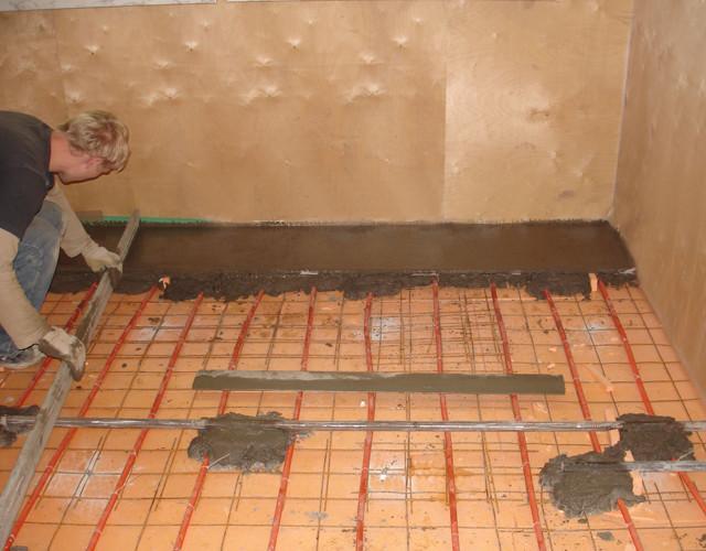 Как правильно сделать стяжку пола в квартире под плитку